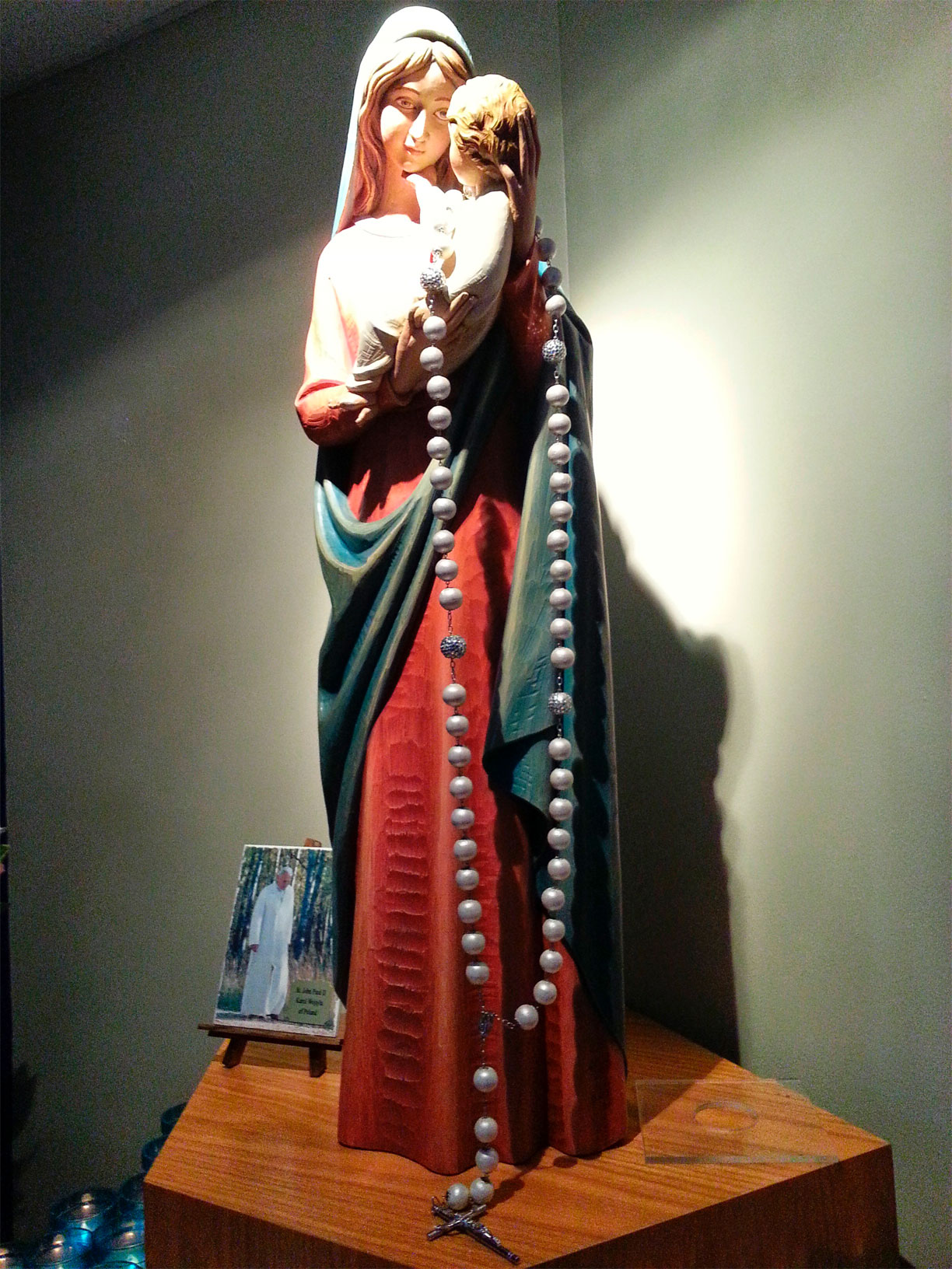 mary_with_rosary